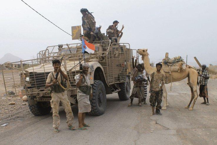 Las fuerzas yemeníes respaldadas por los Emiratos Árabes Unidos se ven en la Base Aérea Al-Anad en el sur de Yemen el 4 de agosto de 2015, poco después de que fue capturado por los rebeldes Houthi.  La bandera en el Oshkosh M-ATV es la de la desaparecida República Democrática Popular de Yemen, lo que indica que los combatientes son separatistas del sur que no son leales al gobierno reconocido internacionalmente.