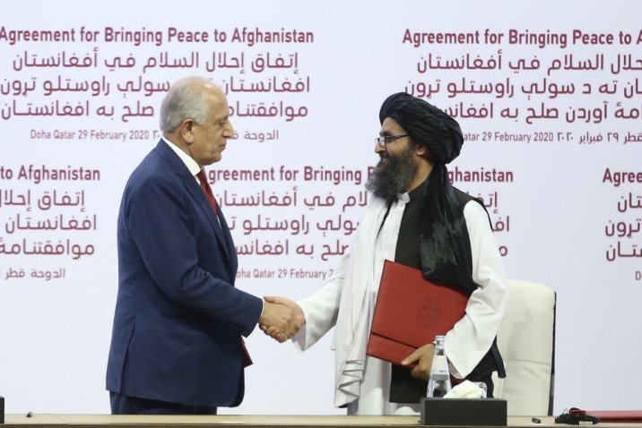 US Special Representative for Afghanistan Reconciliation Zalmay Khalilzad (left) and Taliban co-founder Mullah Abdul Ghani Baradar (right) shake hands after signing peace agreement between the US and the Taliban in Qatar's capital, Doha, on 29 February 2020.  (Getty Images.)