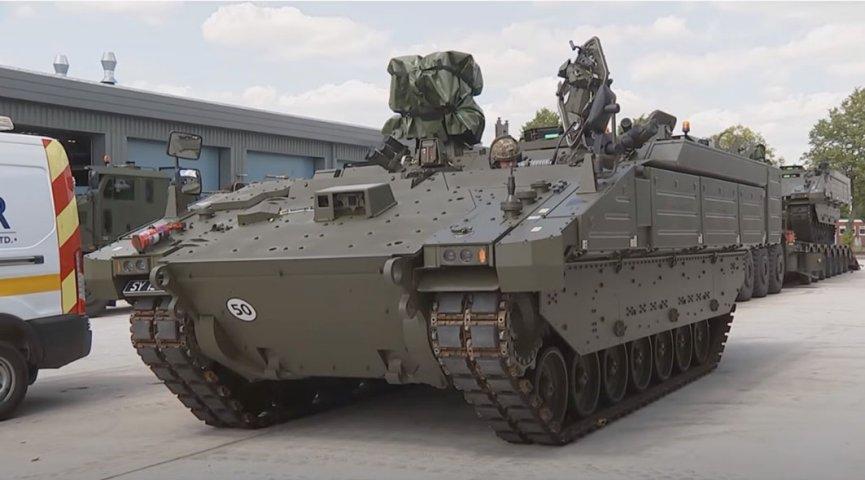 Las noticias de los primeros AFV de Ajax que llegaron a las unidades de primera línea del ejército británico llegaron con un video de YouTube que mostraba dos vehículos Ares entregados al Regimiento de Caballería Doméstica.  Según los informes, los vehículos llegaron el 22 de julio.  (Armada británica)