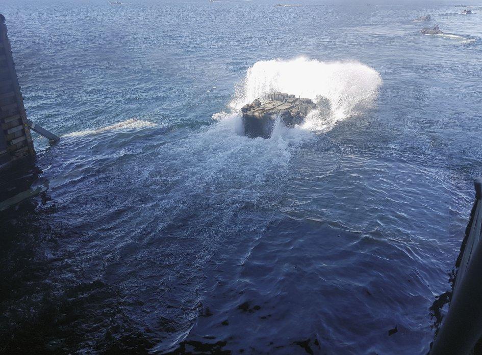 Los AAV se dirigen a la playa de Ustka, Polonia, durante 'BALTOPS 18'.  El USMC ha suspendido las actividades de agua de AAV mientras investiga un accidente mortal en julio de 2020.  (Janes / Dr. Lee Willett)