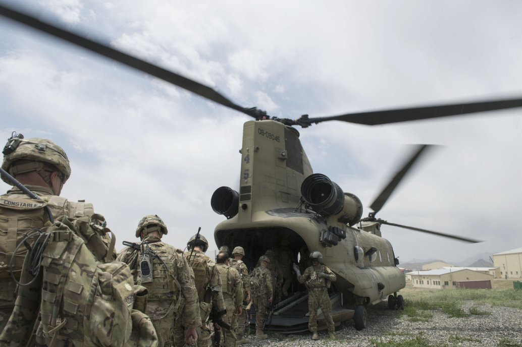 US soldiers enter a US Army CH-47 Chinook helicopter at an Afghan National Army combat outpost in Afghanistan on 23 June 2015. US President Donald Trump has announced plans to further cut the number of US troops in Afghanistan to between 4,000 and 5,000 by 3 November.  (USAF)