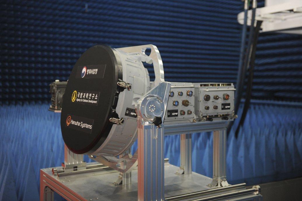 韓國於8月7日發布了本地開發的AESA雷達原型機,該原型機將在KF-X計劃下供該國的下一代多用途戰鬥機使用。 (DAPA)