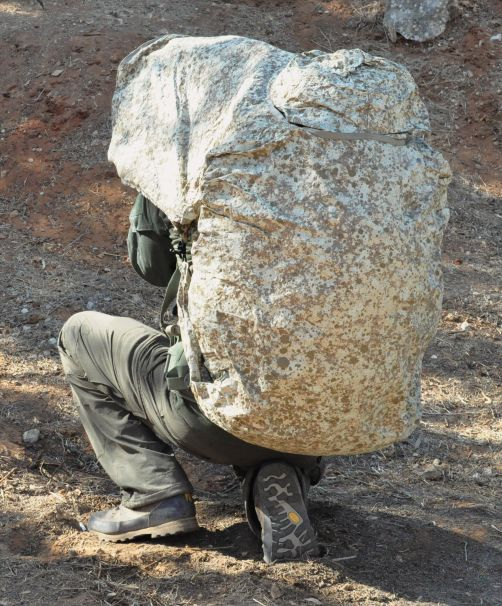 يمكن للجندي أن يلف الكيت 300 حول نفسه لتقليل توقيعه الحراري أثناء التنقل.  (وزارة الدفاع الإسرائيلية)