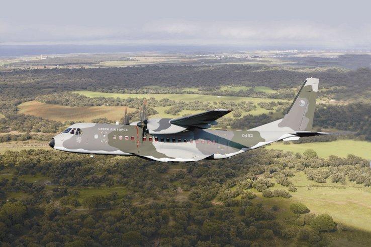 České letectvo již dodalo čtyřem letounům C295M vzdušné zvedáky, které získalo od roku 2009. Nyní obsluhovalo první dva další letouny objednané v roce 2019 a konečné dodávky budou brzy následovat.  Tato dvě poslední letadla budou obsahovat křidélka a úpravy motoru podle standardu C295W, přičemž první čtyři letadla budou upgradována na stejnou konfiguraci.  Všech šest letadel bude označeno C295MW.  (Airbus)